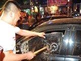 北京黑车拒受处罚 警察砸窗抓人