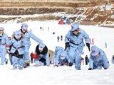家长节前带孩子穿红军装爬雪山