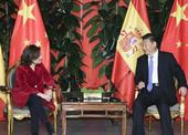 习近平会见西班牙副首相萨恩斯