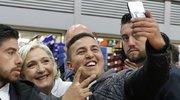 法国总统候选人勒庞造访食品市场 与民众自拍秀亲民