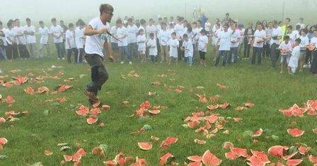 疯狂释放!重庆千名考生砸3吨西瓜