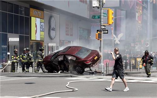 纽约时报广场汽车冲撞:司机疑酒驾 18岁少女死亡