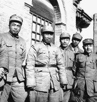 1938年,山西洪洞县马牧村八路军总部合影,自左起分别为彭德怀、朱德、彭雪枫、萧克、邓小平