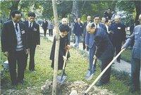 1990年3月11日,孙中山的孙女孙瑞芳、香港知名人士霍英东在孙中山故居植树。