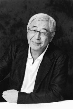 出生于北海道上砂川町,毕业于札幌医科大学,一度曾任骨科医生.
