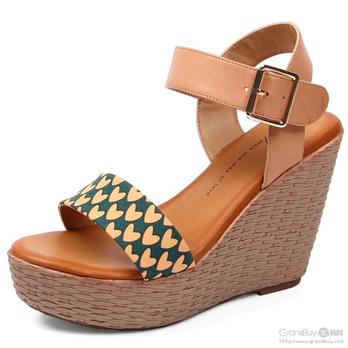 tata他她 清爽心形印布坡跟女凉鞋2ox02d