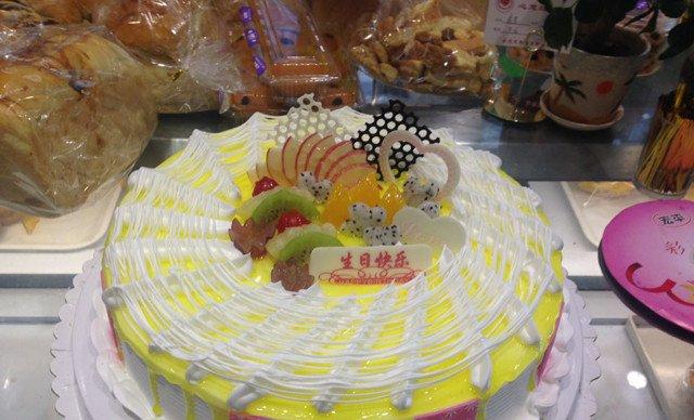 12英寸欧式水果双层夹心蛋糕1个.提供免费wifi