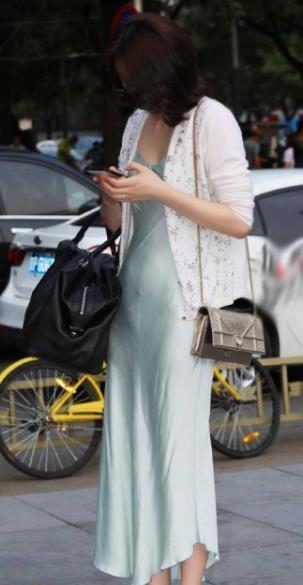 街拍:精致又华丽的裙子,修身优雅显气质!