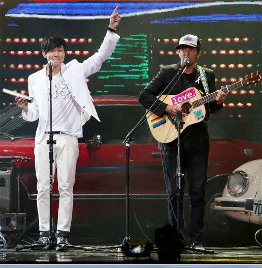 25届台湾金曲奖现场 林俊杰和杰森·玛耶兹吉他合唱的