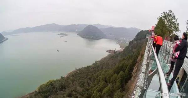 """登上现在的""""玻璃栈道""""位置,远眺嘉陵江胜景,看到夕照嘉陵的""""灵山""""下"""