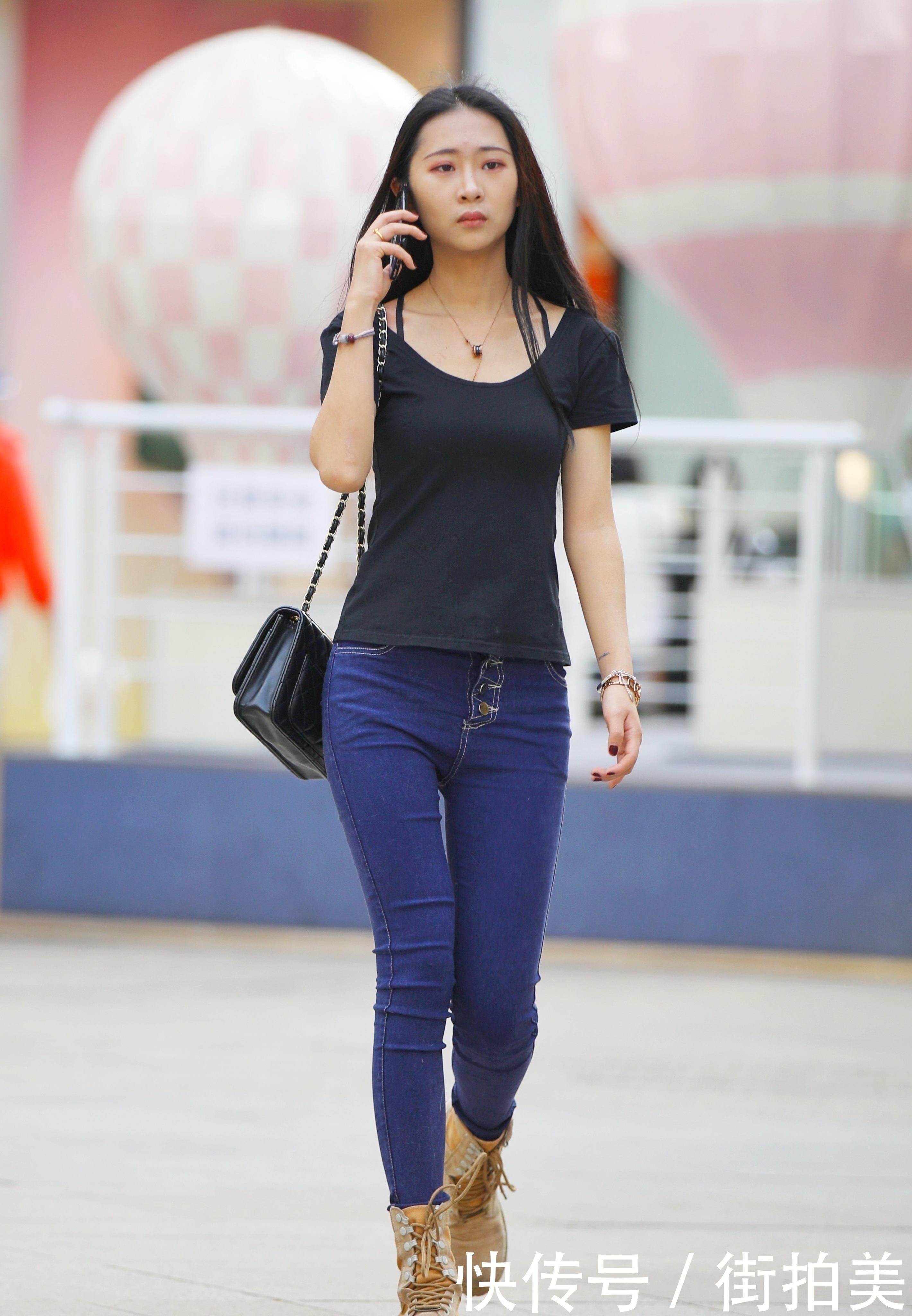 街拍:黑色紧身短袖搭配深蓝色紧身牛仔裤,配马