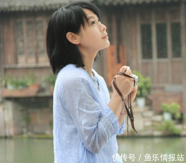 49岁刘若英真不显老,白色衬衫搭破洞牛仔裤,这颜值说30岁我都信