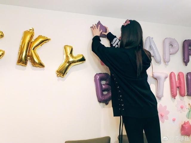 满满都是爱戚薇亲手制作上百气球给女儿庆生
