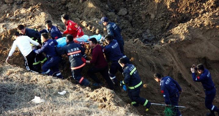 山东聊城八岁男童不慎坠井 众人全力施救
