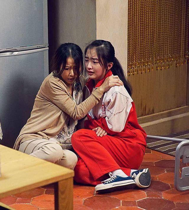 电影中她是林心如女儿,今透视衫配吊带皮裙,大气得不像14岁