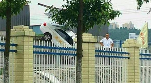 女学员驾考时错把油门当刹车 冲出考场围栏