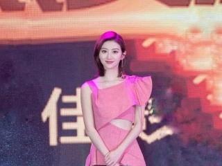 1米67的景甜穿上7千块粉色连衣裙白得发光,旁人瞬间黯然失色!