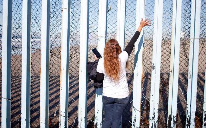 女子赴美签证再三被拒 与家人分居5年隔墙相见