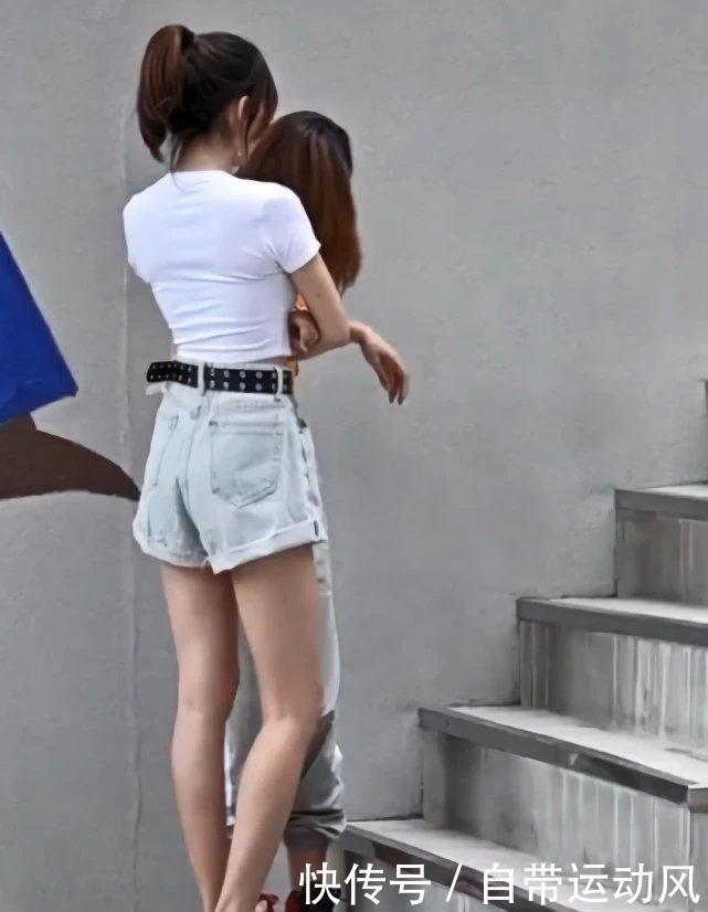 闺蜜同秀腿:左边的女生却输了,AJ在大长腿面前一文不值