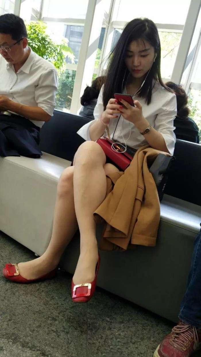 街拍大厅里穿着白衣丝袜的妹子,清纯可爱腿长人美!