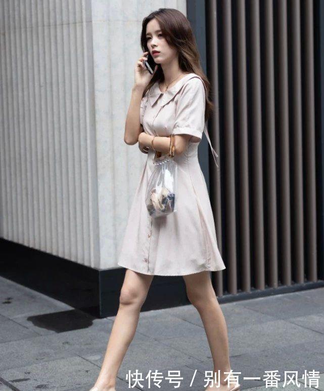 路人街拍:小姐姐脚踩''透明凉鞋''简约时尚,搭配连衣裙魅力动人!