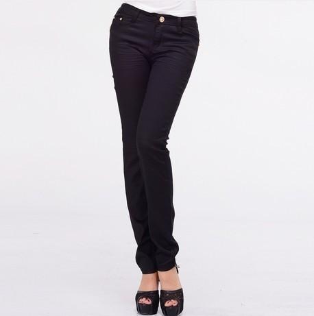 女生黑色上衣搭配什么裤子好?