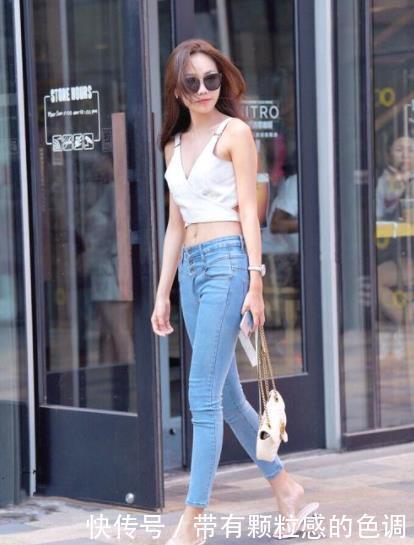 街拍:会穿浅色裤子的女人,才是懂时尚的人,给人感觉干净又气质