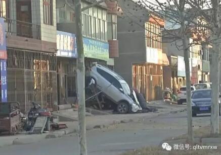 德州一男子停在路边的汽车突然爬上墙 这是谁干的?