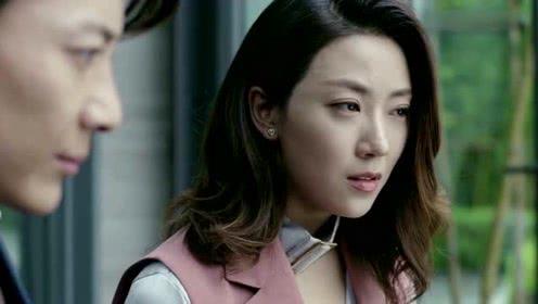 女孩没能竞争过心上人,电梯偶遇愤怒捶打
