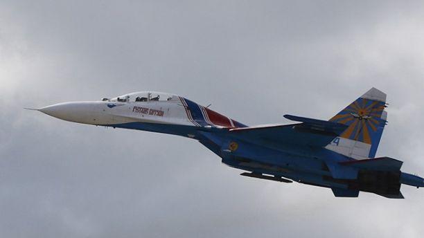 """该官员说,一架型号为俄罗斯苏-27的喷气式飞机在机翼下装有导弹,"""""""