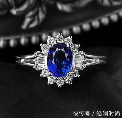 蓝宝石所散发出的神秘,忧郁,璀璨的光泽,让蓝宝石拥有一种冷艳,华丽的