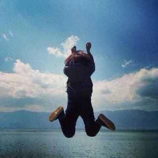 求这张图的情侣头像 就是一个男的跳起来