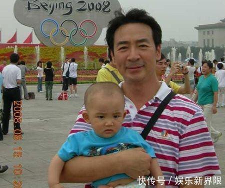 64岁寇振海与妻子生活照 十岁儿子乖巧可爱 父子感情好