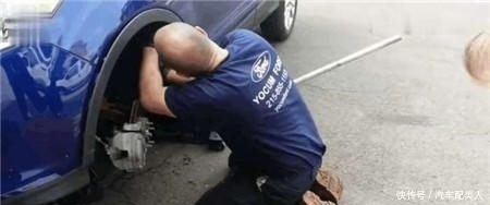 男子发现保时捷豪车里面有动静,打开一看叫人惊讶不已!
