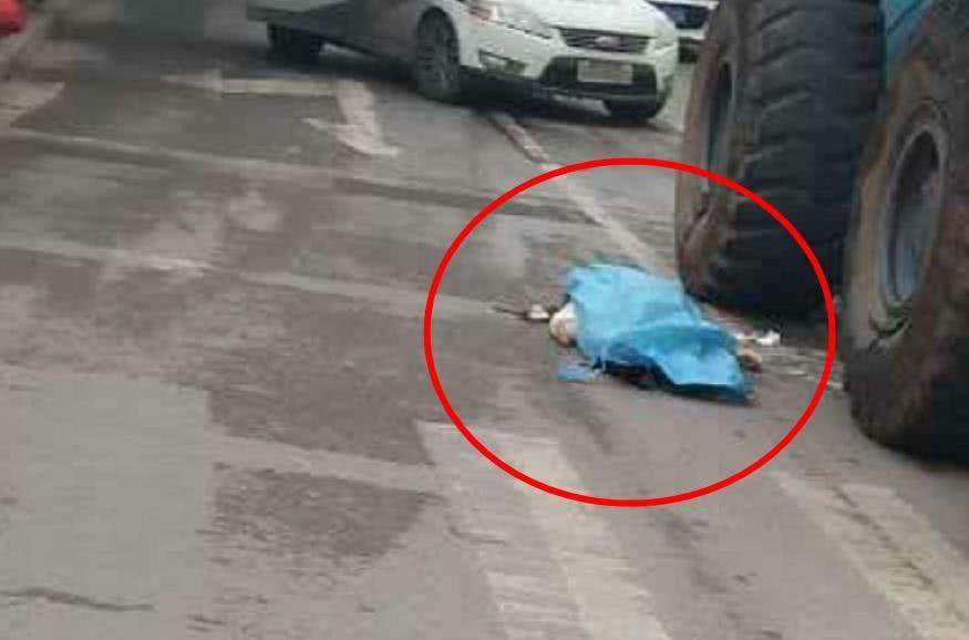 揪心!女子倒在铲车车轮下遭遇不幸