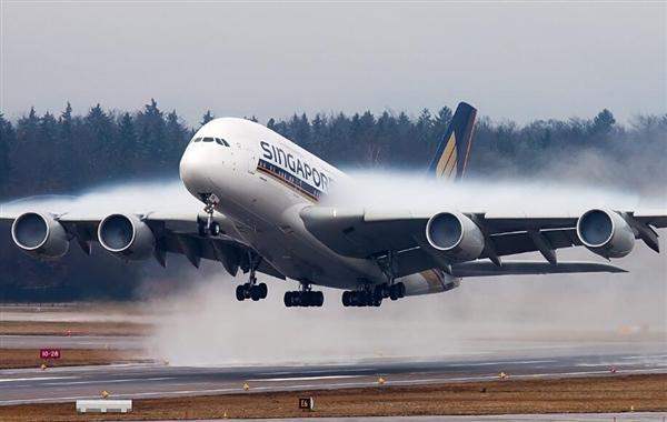 如今搭乘飞机出行已经不再是难事,但关于坐飞机的一些小知识却并非人人都知道和了解。 近日,外媒就针对坐飞机提出了11个有趣的问题,解答了很多人心中的疑问。 1、飞机上哪个座位最安全? 目前大部分航空公司都会告诉你飞机上不存在所谓最安全的座位。 然而,参考美国科技杂志《大众机械》关于航空事故的数据就会发现。实际上坐在机尾处的乘客相对来说更安全,以往空难发生时,机尾的乘客生还几率比前排乘客高出40%。 2、机舱的舷窗上为什么有个小洞?