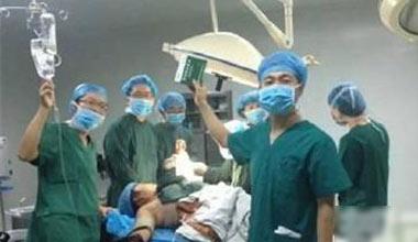 西安医生被曝手术台上玩自拍 3人被免职