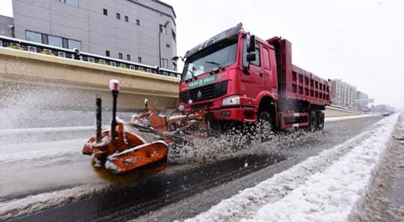 57年来最大暴雪侵袭黑龙江牡丹江 市民踏雪出行
