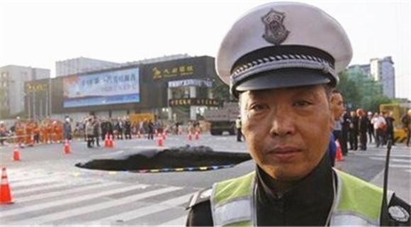 """杭州交警预知地面塌陷 获赞""""中国英雄"""""""