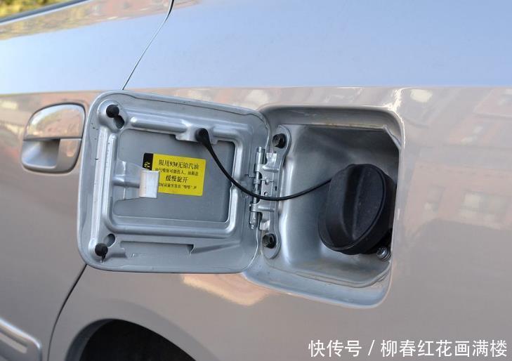 汽车油箱盖藏着有用信息有车的看下最好按照提示来加油
