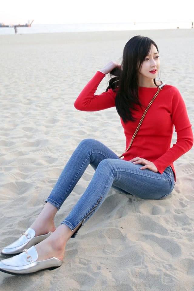 街拍牛仔裤美女,在海边沙滩休息的一瞬间,展现美女乔丹穿图片