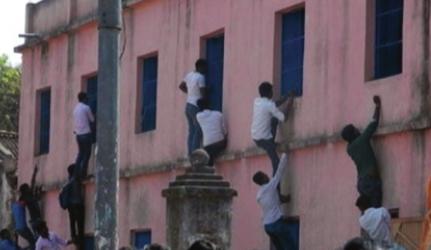 现场曝光:印度高考家长竟爬墙给考生递小抄