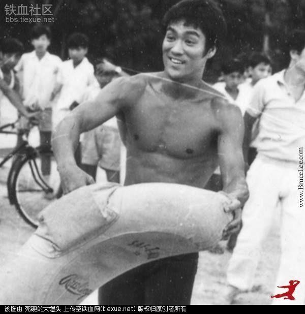 13张李小龙用沙袋训练的珍贵老照片,他的飞踢没几个人承受的了 - 真光 - 真光 的博客