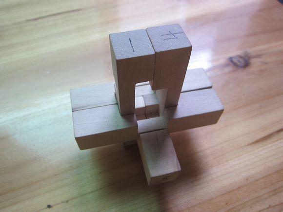 孔明锁共9扣,如图示: 步骤一