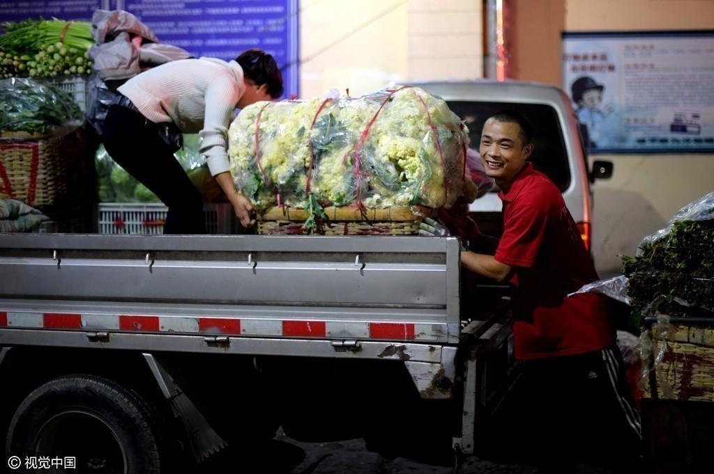 """2016年10月19日,山东青岛抚顺路菜市场凌晨两点,当大多数市民已经睡去,位于青岛市抚顺路的批发市场却依然忙碌,每天成吨的蔬菜、肉食在这里集散,胶州的土豆、马家沟的芹菜无论是老人们爱逛的早市,还是年轻人钟爱的超市,大家买的菜,大多出自这里。 [[img src=""""http://simg."""