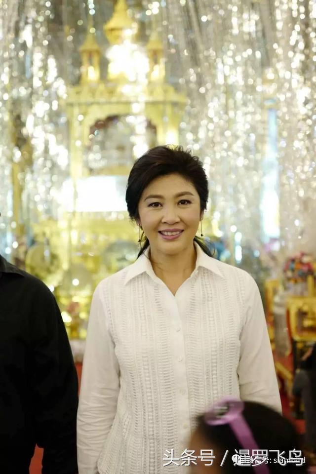 泰国最美前总理英拉参拜最美水晶寺庙