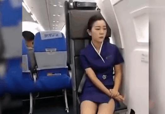 实拍: 山东航空值机空姐太困了 , 不小心打了个