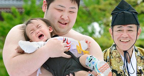 """日本举行""""宝宝哭""""大赛 大胖子吓哭小孩子"""