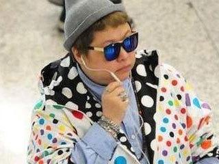 47岁韩红现身机场,穿彩虹波点装看上去像27,网友:韩老师太潮了