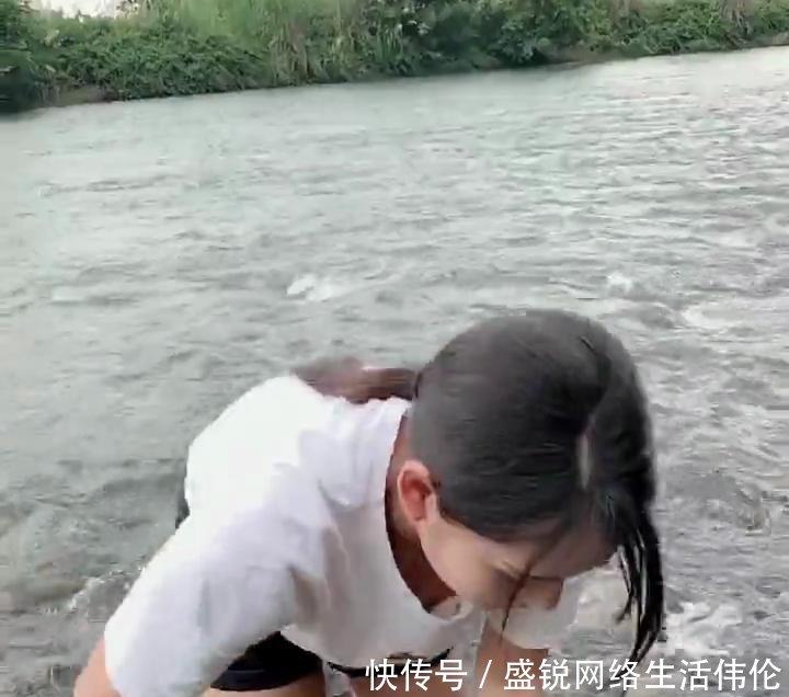 河边形象短裤抓鱼的魅力,美女a形象,富有穿着贞丰美女找图片